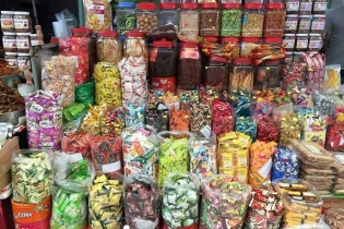 Thị trường bánh kẹo trước Tết: Hàng ngoại 'lấn át'